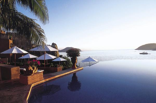 The infinity pool at La Casa Que Canta.
