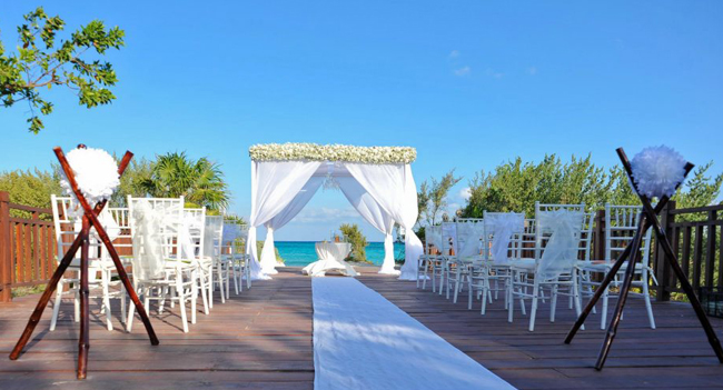 AskMeWeddings' new agentperks includeair credit, an all-inclusive vacation for two and up to 15 percent commission.