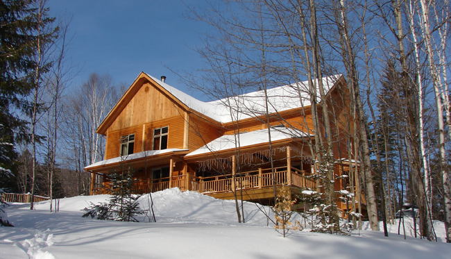 Escale du Nord, a cozy bed and breakfast in Quebec, is located in the middle of a forest in Mont Tremblant.