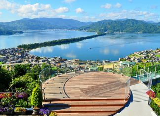 From the top of theamusement park/observatory Amanohashidate View Land, visitors can see views of the of the entiresandbar.