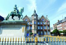 The equestrian monument of Johann Wellem II and City Hall in Old Town. (DUsseldorf marketing & tourismus gmbh - photo u.otte)