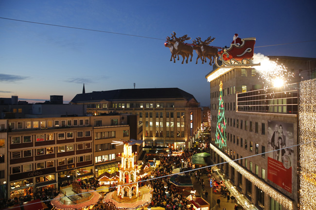 At theChristmas Market in Bochum,famous artist Falko Traber flies twice a day on a high wire, disguised as Santa Claus, in his sled over the heads of the visitors.