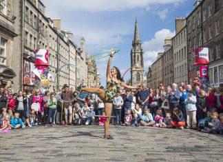 Performer on The Royal Mile during the Edinburgh Fringe Festival. (Photo credit: VisitScotland/Kenny Lam)