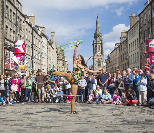 Performer on The Royal Mile during the Edinburgh Fringe Festival. (Photo credit: VisitScotland/Kenny Lam)