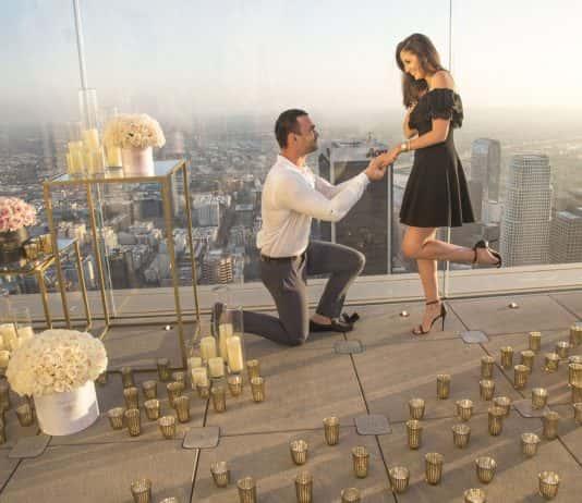 A proposal at OUE Skyspace LA overlooking the LA skyline. (Photo credit Szuszanik Hovakimyan.)