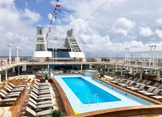 The Silver Muse pool deck is a central area to soak up the sun, take a lap on the jogging track, and grab a drink or bite to eat.